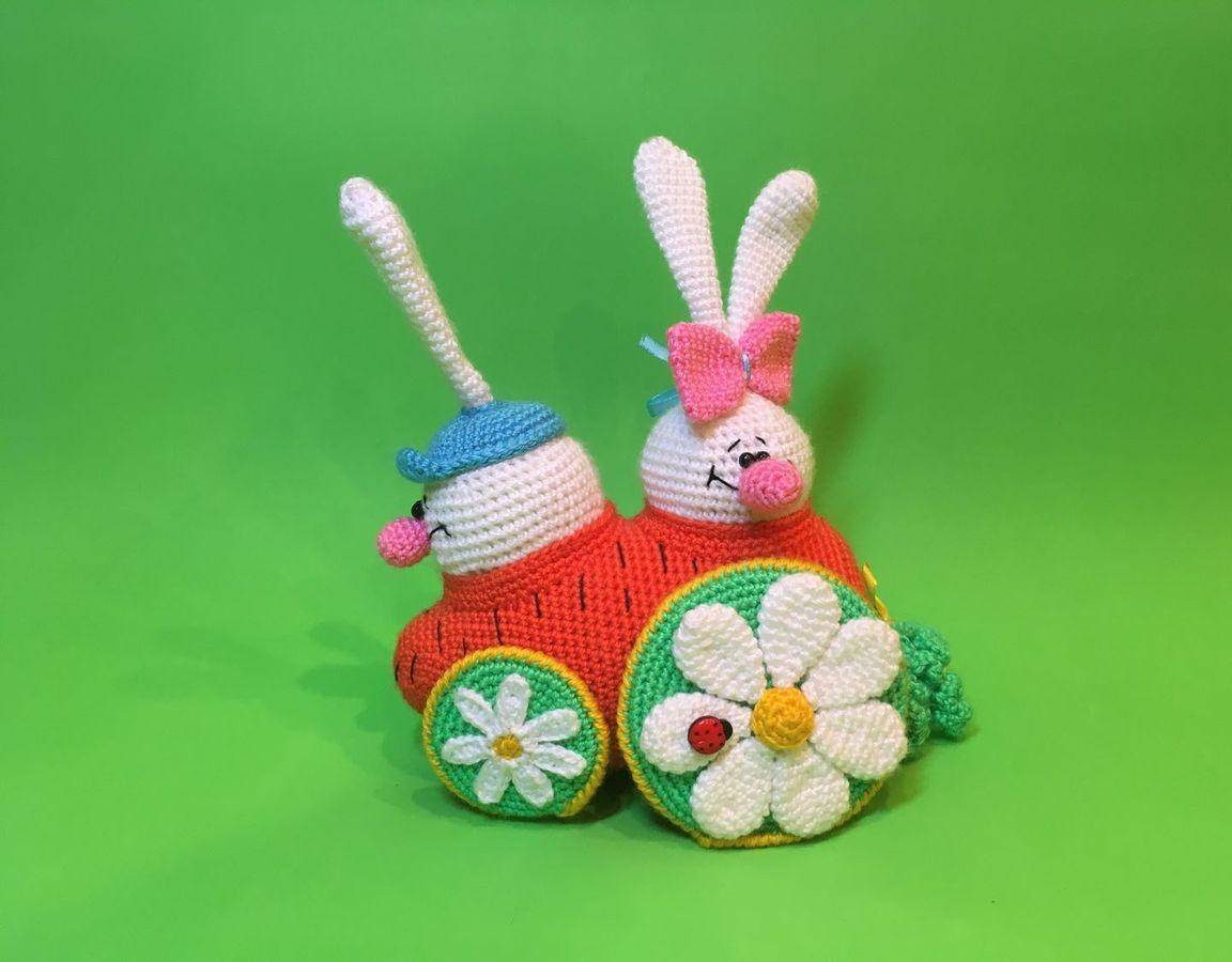 вязаная игрушка зайцы в морковкомобиле купить в интернет магазине