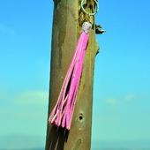 Розовая кожаная кисть - подвеска-брелок