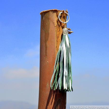 Серебристая кожаная кисть - подвеска-брелок ручной работы на заказ