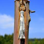 Серебристая кожаная кисть - подвеска-брелок с тиснением змеи