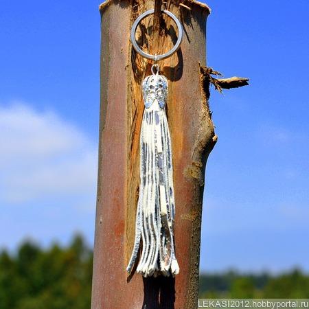 Серебристая кожаная кисть - подвеска-брелок с тиснением змеи ручной работы на заказ