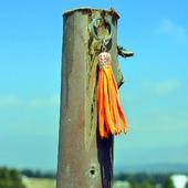 Оранжевая неоновая кожаная кисть - подвеска-брелок