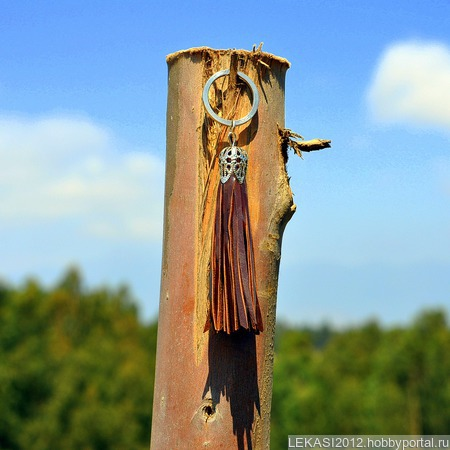 Коричневая кожаная кисть - подвеска-брелок лакированный ручной работы на заказ
