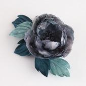Брошь-цветок серо-изумрудный из шелка и атласа