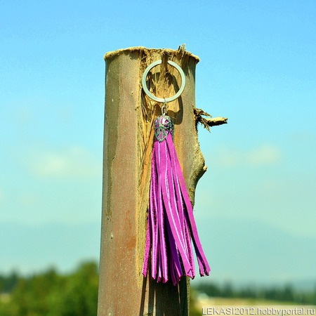 Фиолетовая кожаная кисть - подвеска-брелок ручной работы на заказ