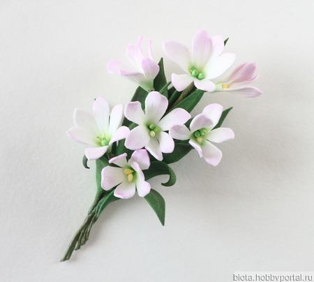 Брошь букетик белых и бледно-розовых цветов ручной работы на заказ