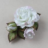 Нежная белоснежная брошь с белыми розами и листьями