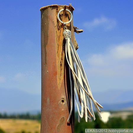 Золотистая кожаная кисть - подвеска-брелок ручной работы на заказ