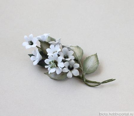 """Брошь с белыми серыми цветами """"Лесной туман"""" ручной работы на заказ"""