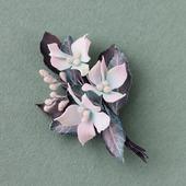 Серо-бирюзовая брошь с белыми цветами