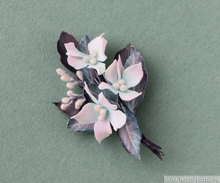 Серо-бирюзовая брошь с белыми цветами ручной работы на заказ