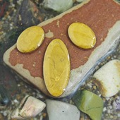 Набор из трех овальных кабошонов, цвет - золото