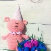 Розовый вязаный мишка
