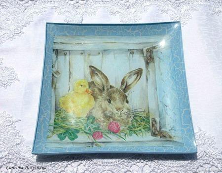"""Стеклянная тарелка """"Друзья Кролик и утенок"""" Декупаж ручной работы на заказ"""