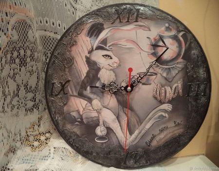 "Часы ""Белый кролик"" ручной работы на заказ"