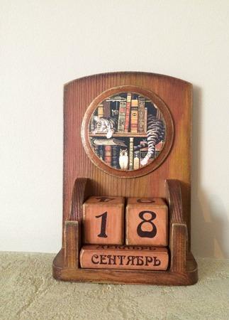 """Настольный вечный календарь """"Кот в библиотеке"""" ручной работы на заказ"""