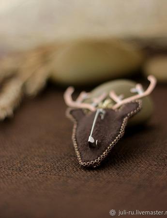 Брошь авторская с сердоликом, бисером Северный олень ручной работы на заказ