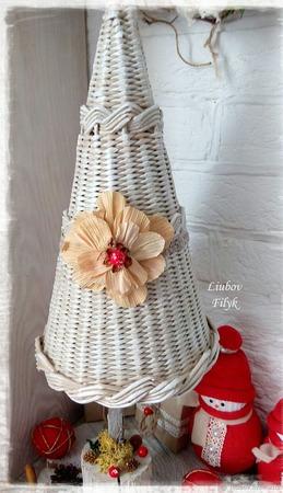 """Ёлочка плетеная новогодняя композиция """"PARIS"""" с красными ягодками ручной работы на заказ"""