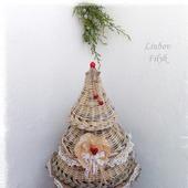 Новогодняя композиция Елка плетеная с красными  ягодками
