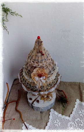 Новогодняя композиция Елка плетеная с красными  ягодками ручной работы на заказ