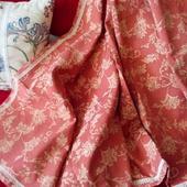 Скатерть терракотового цвета с классическим рисунком. Отделка кружевом