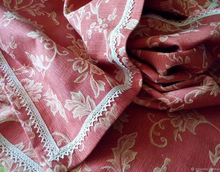 Скатерть терракотового цвета с классическим рисунком. Отделка кружевом ручной работы на заказ