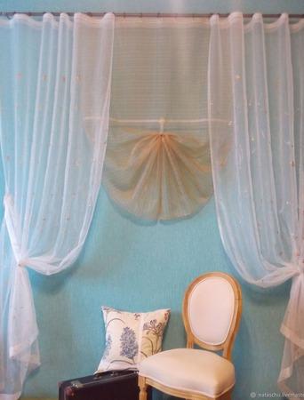 Воздушные шторы из органзы с шитьем и центральным элементом ручной работы на заказ