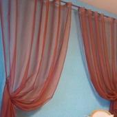 Две легкие шторы для кухни из органзы кирпичного цвета с подхватами