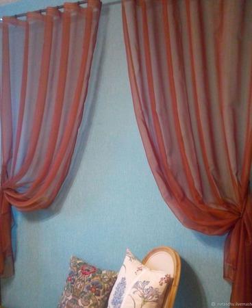 Две легкие шторы для кухни из органзы кирпичного цвета с подхватами ручной работы на заказ