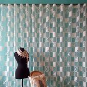 Молочная штора с абстрактным рисунком. Легкая штора.