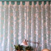 Короткие шторы на петлях для кухни или детской. Вуаль с цветами.