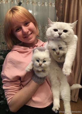 """Женские вязаные варежки с декором """"Белые котики"""" ручной работы на заказ"""