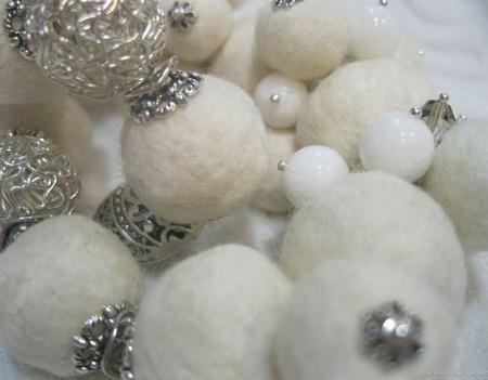 Валяные бусы белоснежные ручной работы на заказ