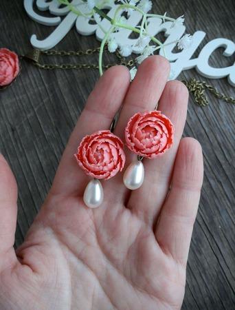 """Комплект украшений """"Персиковые пионы с жемчужными каплями"""" ручной работы на заказ"""