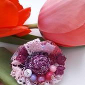 Брошь бохо из натурального льна розово-малиновая