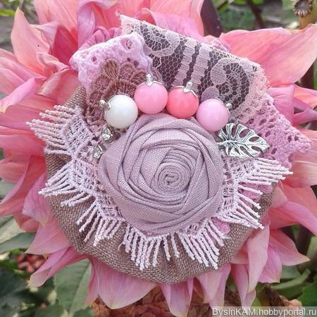 Брошь бохо из натурального льна цвета пыльная роза ручной работы на заказ
