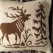 Вязаная подушка в винтажном стиле с оленем