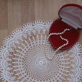 Вязаная ажурная салфетка декоративная