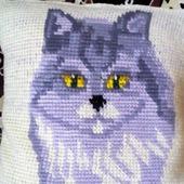 Вязаная жаккардовая подушка с кошкой
