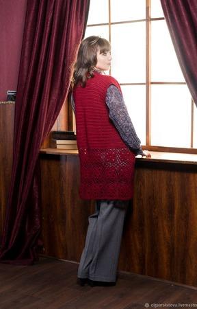 """Малиновый удлиненный ажурный жилет из шерсти """"Анетта"""" ручной работы на заказ"""