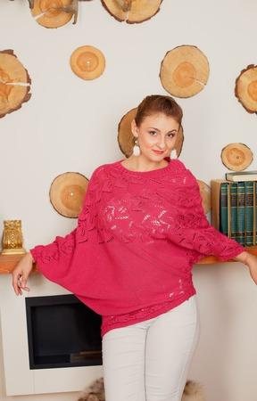 """Асимметричный малиновый пуловер """"Флора"""" ручной работы на заказ"""