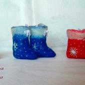 Ёлочные игрушки валяные новогодние: сувенирные валенки и колокольчик