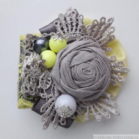 Брошь бохо из натурального льна серо-лимонная ручной работы на заказ