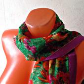 """Зеленый шарф ручной работы из ткани """"Оранжевый попугай"""" модель 2"""