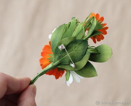 """Яркая брошь с белыми и оранжевыми цветами """"Календула и ромашки"""" ручной работы на заказ"""