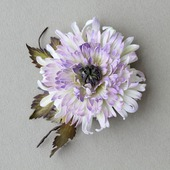 Брошь-заколка цветок хризантема белая сиреневая