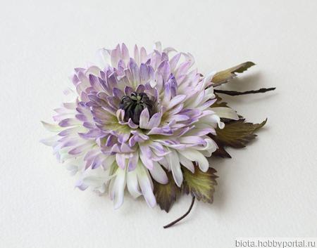 Брошь-заколка цветок хризантема белая сиреневая ручной работы на заказ