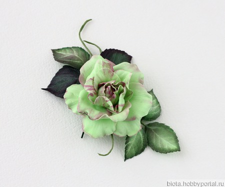 Салатовая брошь с зеленым цветком розы ручной работы на заказ