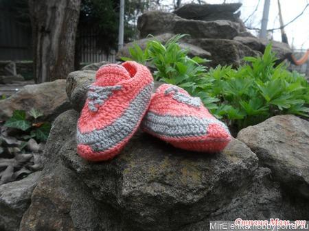 Вязаные пинетки кроссовочки кораллового цвета ручной работы на заказ