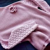 Стильный вязаный свитер ручной работы